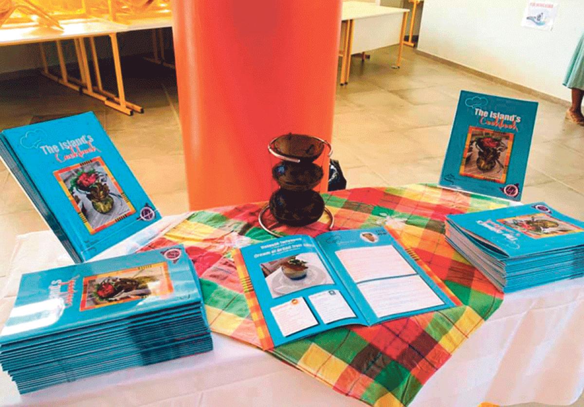 Les élèves de CAP  Cuisine éditent leur livre de recettes : The Island's Cookbook