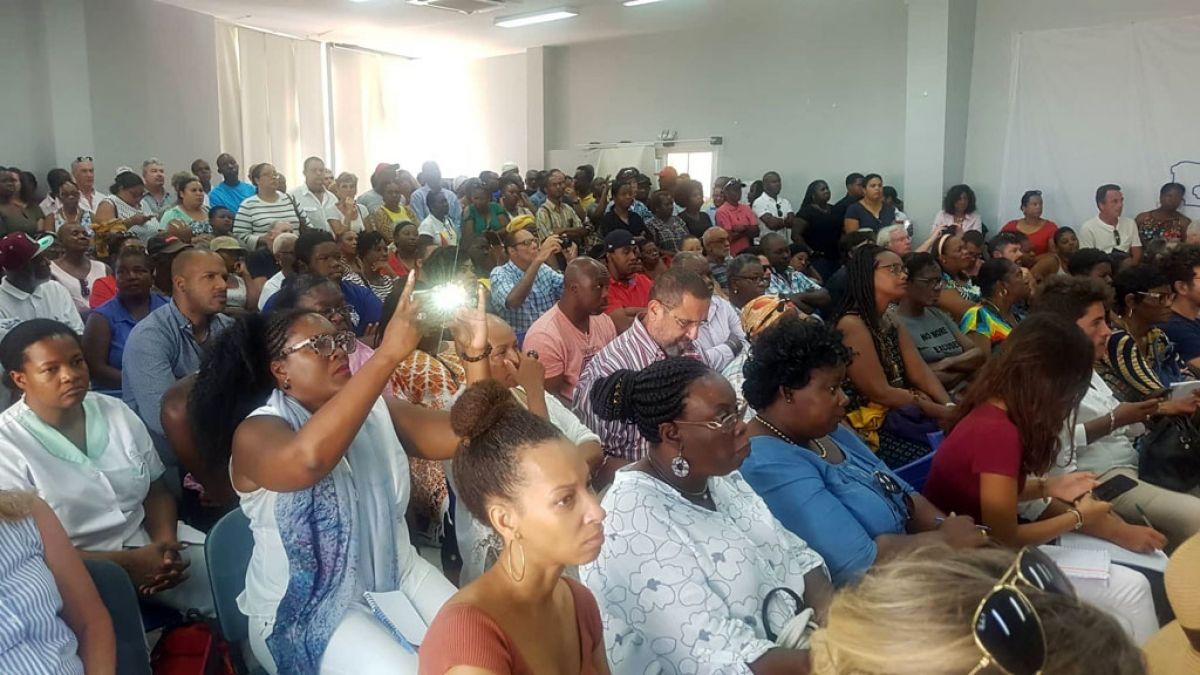 En début de séance, le public, venue en très grand nombre,  était à l'écoute des explications.