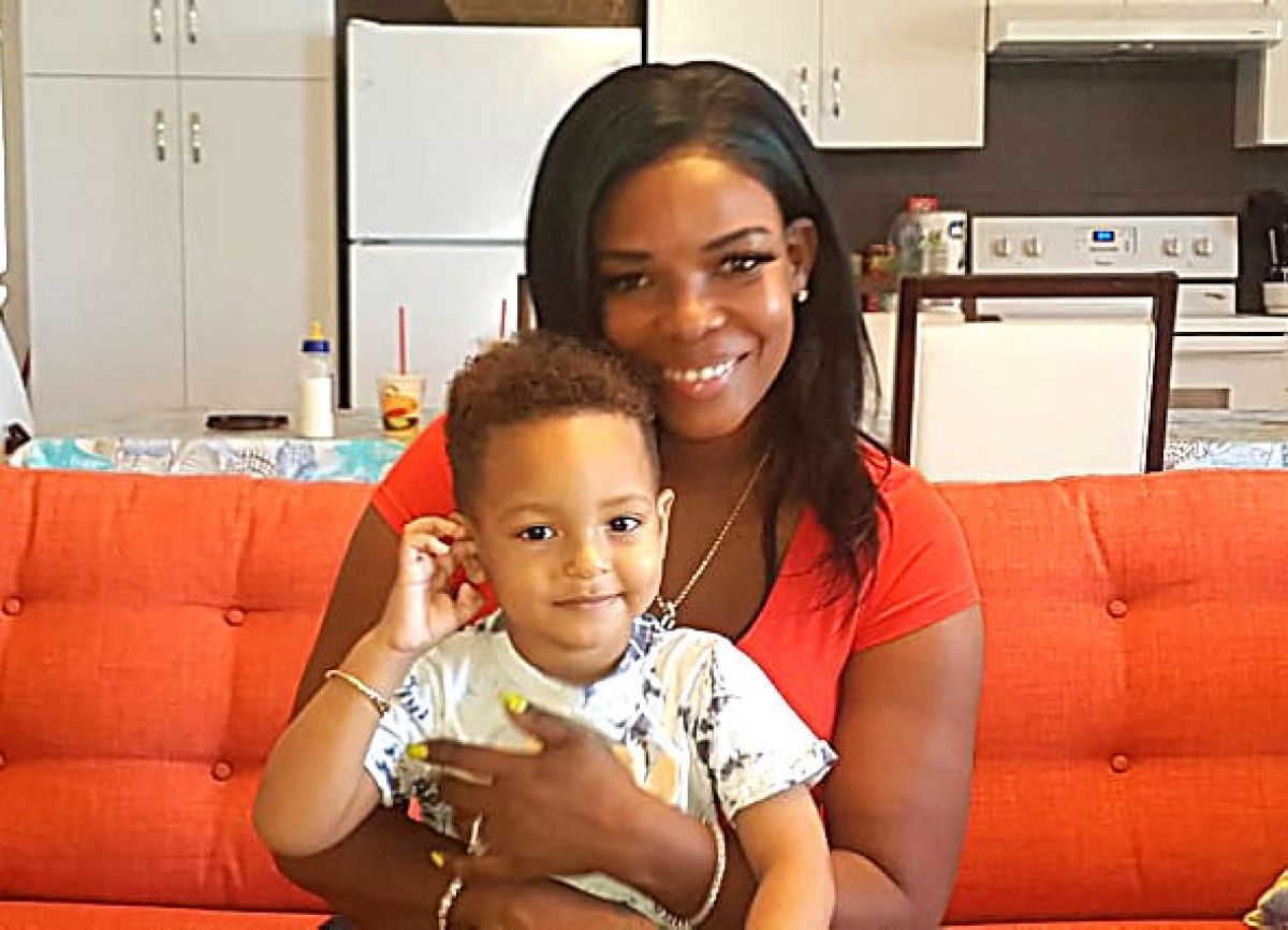 Le petit Chad, deux ans et demi, bien vivant et en pleine santé,  aux côtés de sa maman Stacy Hodge.