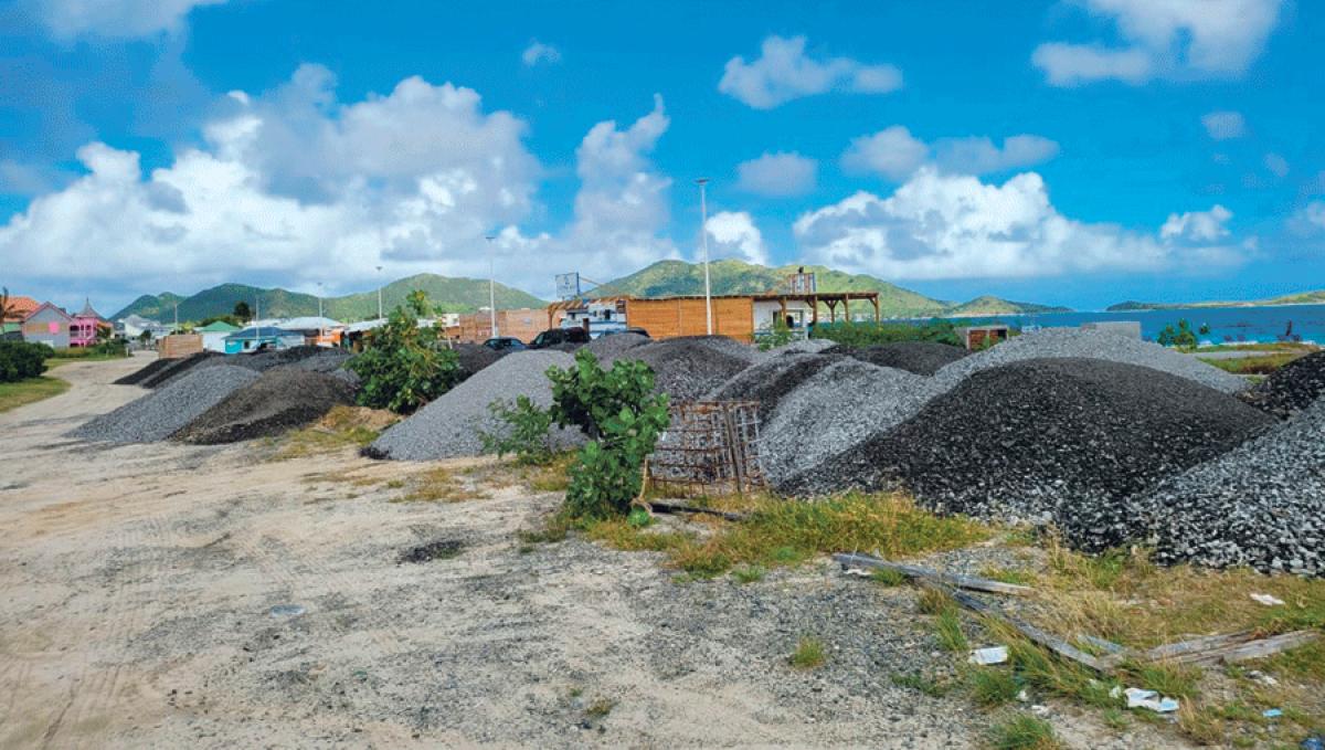 Des montagnes de morceaux d'enrobés s'amoncellent  à la Baie Orientale