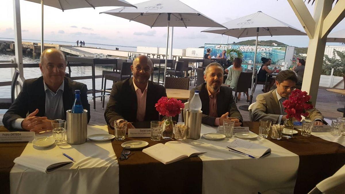 Le président Gibbs, entouré à sa droite du ministre de l'économie,  de l'industrie et de la connaissance, Pedro Ortega, et à sa gauche, du Ministre des Relations Europe, Ildefonse Socorro Quevedo, lors d'une conférence de presse tenue au restaurant le Yacht Club, jeudi en fin de journée.
