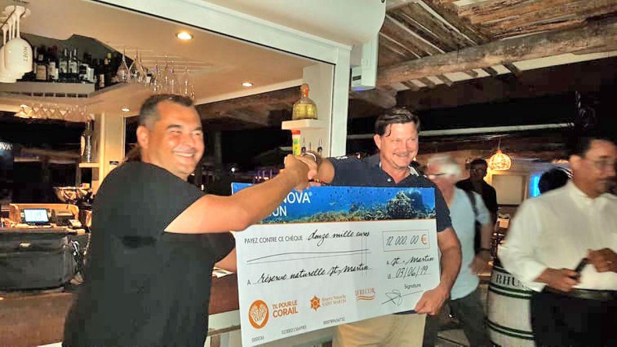 Damien Sineau de Alphanova remet un premier chèque de 12 000 euros  à Nicolas Maslach de la Réserve Naturelle