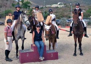 Au centre de l'image, Nathalie Rigal, cavalière professionnelle.