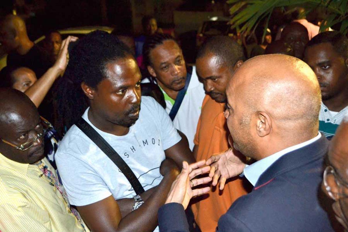 Le Président de la Collectivité Daniel Gibbs est également venu dialoguer avec les salariés de la Samanna, tout en insistant sur le fait qu'il  n'avait pas de pouvoir pour négocier dans cette affaire de droit privé.