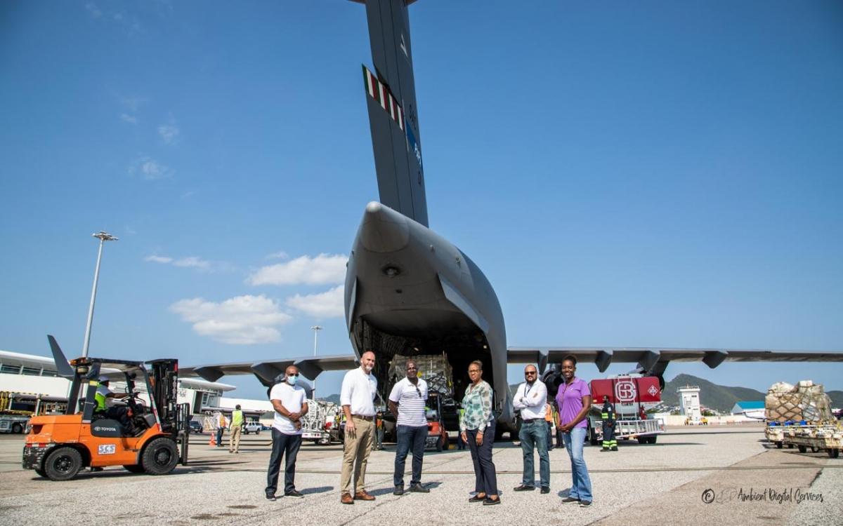 Un avion militaire provenant des Pays-Bas contenant 6 lits pour les unités de soins intensifs