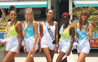 De gauche à droite, Naïma Dessout (candidate 1),  Loula Nemegyei (candidate 2), Layla Berry (Miss Saint-Martin / St Barthélemy),   Taïcha Laurore, (candidate 3), et Carla Deidda (candidate 4).