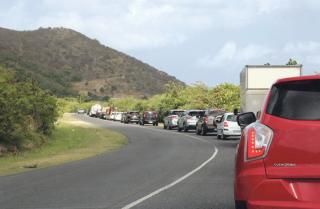 Hier matin, aux heures de pointe, un important embouteillage  était formé sur la RN7, au niveau l'aéroport de Grand Case.  Prenons notre mal en patience, ces travaux sur le réseau  d'assainissement et ceux de la réfection des chaussées à Grand Case vont durer plusieurs semaines.