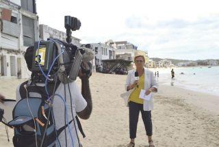 Catherine Matausch, présentatrice de l'édition du week-end de France 3, endirect depuis la plage  de Grand Case