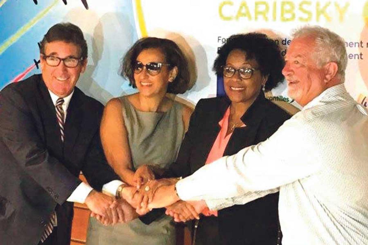 De gauche à droite, Michael Cleaver, directeur général de Winair, Marie-Luce Penchard, Julie Riefer-Jones, directrice générale de Liat et Serge Tsygalnitzky, directeur général d'Air Antilles.