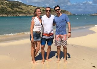 Franck Derimay, créateur de iledesaintmartin.com, entouré de son équipe commerciale, Phaedra McLellan et Maxime Bardin.