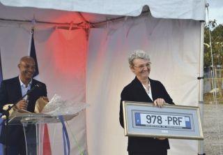 Au nom de la Collectivité, le président Gibbs a offert à la préfète Anne Laubies  la plaque minéralogique de son véhicule encadrée dans un tableau.