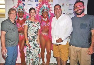 Fernanda Sarubbi et Guilherme Campos (au centre)  et les deux journalistes brésiliens.