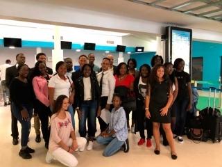 Aéroport de Grand Case, samedi: 17 étudiants en 1ère année de BTS se sont envolés pour rejoindre  la capitale parisienne.