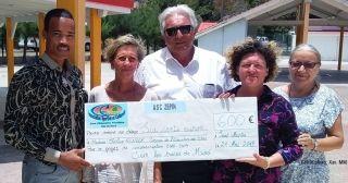 De gauche à droite, Xavier Mirre-Minori, Cathy Burnot, Dominique Boyer, Céline Renger et Josette Jeffry, lors de la remise du chèque de 600 euros.