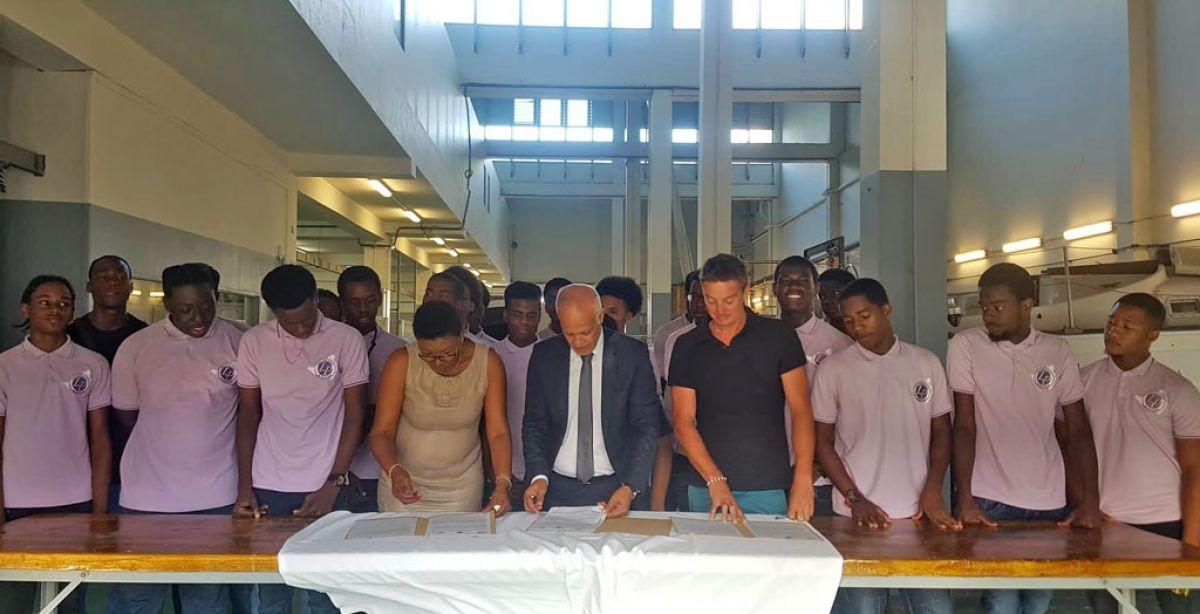 La convention instituant le mermis bateau a été signée vendredi dernier par le recteur d'Académie,  Mostafa Forar, la proviseur du lycée professionnel, Janine Hamlet et le formateur de l'association Aquatic'Ô, Boris Villemin.