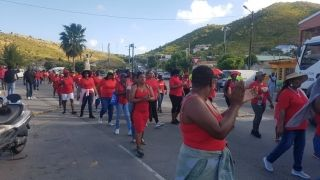 Mercredi matin, les grévistes entamaient une marche dans les rues de Marigot, aux rythmes de la chanson emblème du collectif guadeloupéen LKP, Saint-Martin sé tan nou...