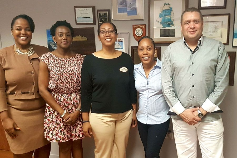 De gauche à droite, Laura Louis, responsable  du bureau SEL Maduro & Sons, Lorraine Scot, secrétaire SMSPA, Jeanina Dupersoy, trésorière SMSPA, Nzinga Lake, présidente SMSPA, Sjaoel Richardson, directeur général de la SEL Maduro & Sons.