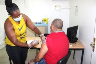 Trois vaccins disponibles, des doses en suffisance : la vaccination s'accélère dans les Iles du Nord
